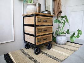 Byrå på hjul med 3 lådor H73 / L53 / W39 cm antik svart , hemmetshjarta.se